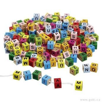 Motorické a didaktické hračky - Dřevěné provlékací barevné kostičky – Písmenka, 325 kusů