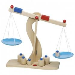 Dřevěná váha s kovovými miskami a 6 těžítky