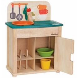 Dřevěná kuchyňka se dřezem a ledničkou
